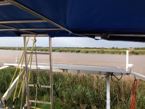 portique avec panneaux solaires et antennes