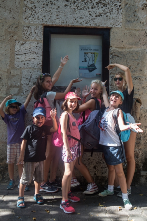 les enfants devant une affiche du CNED !